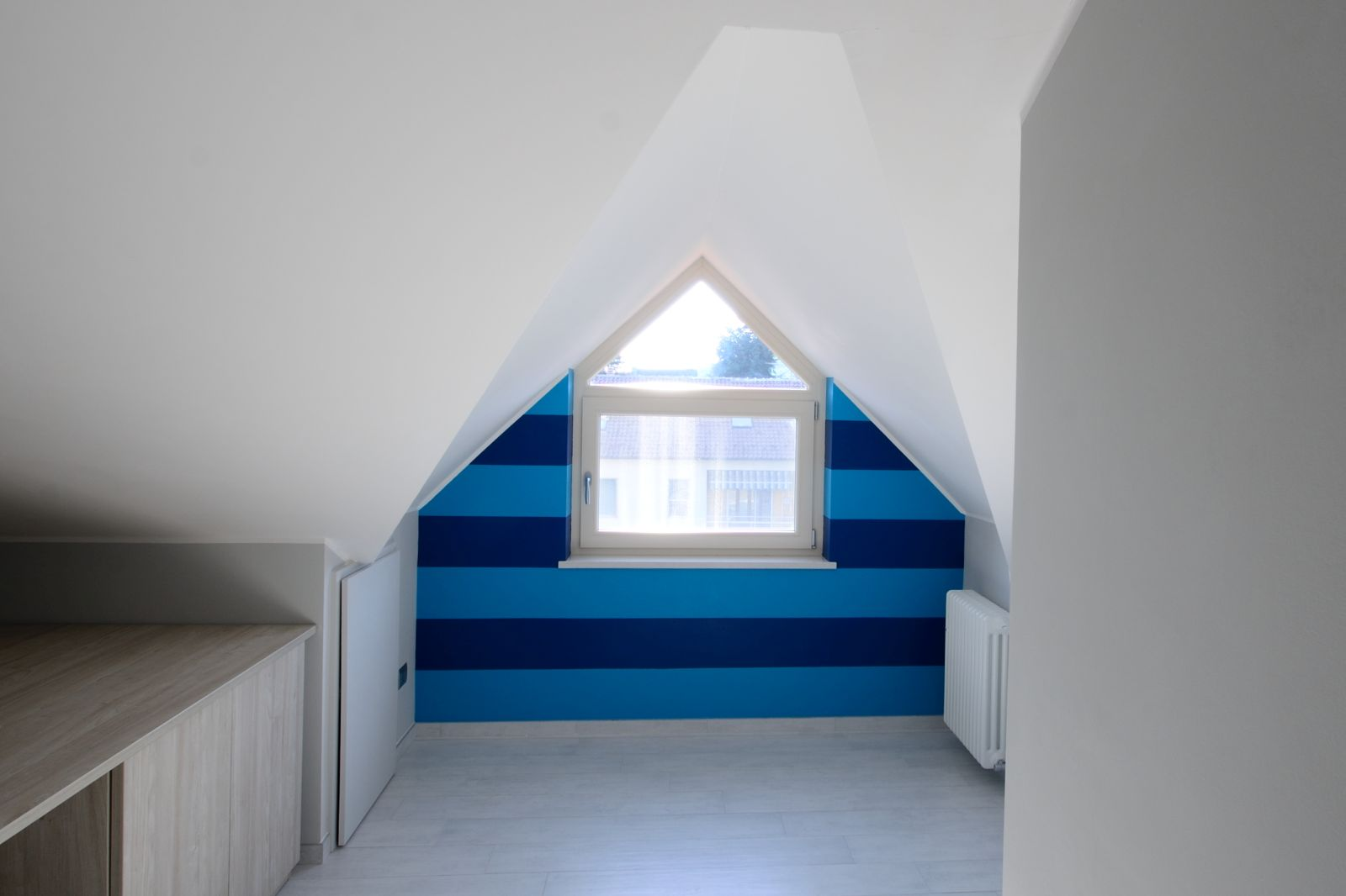 Soffitto Bianco : ... nell'ambiente, grigio cenere alle pareti ...